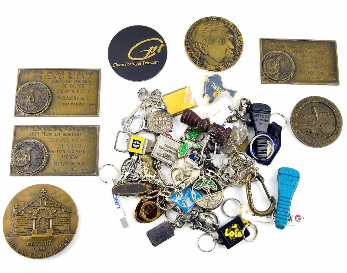 Lote de porta-chaves, pins e medalhas