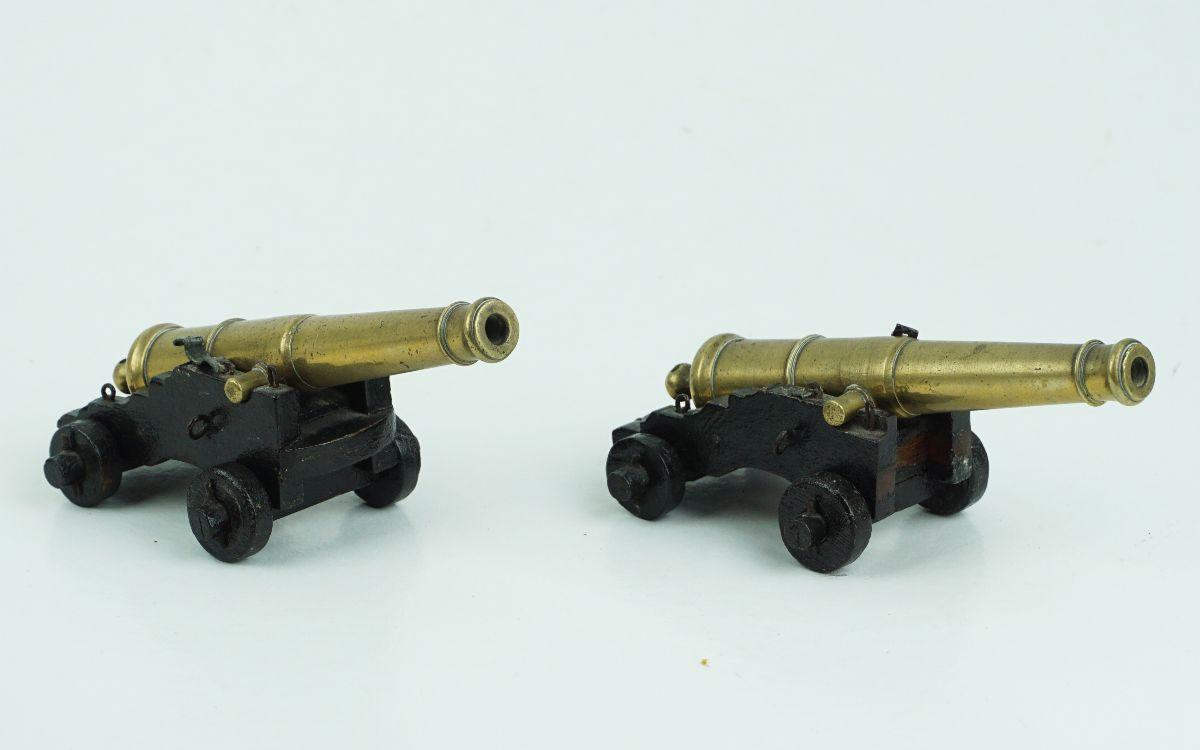 Tinteiro, canhões e pequena escultura