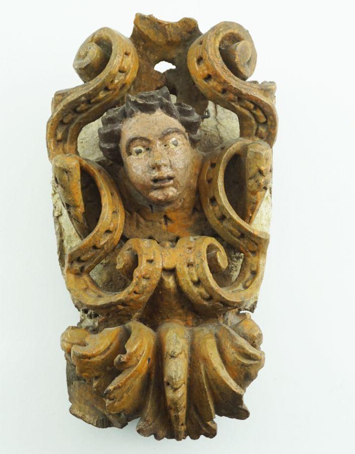 Anjo com decorações de volutas