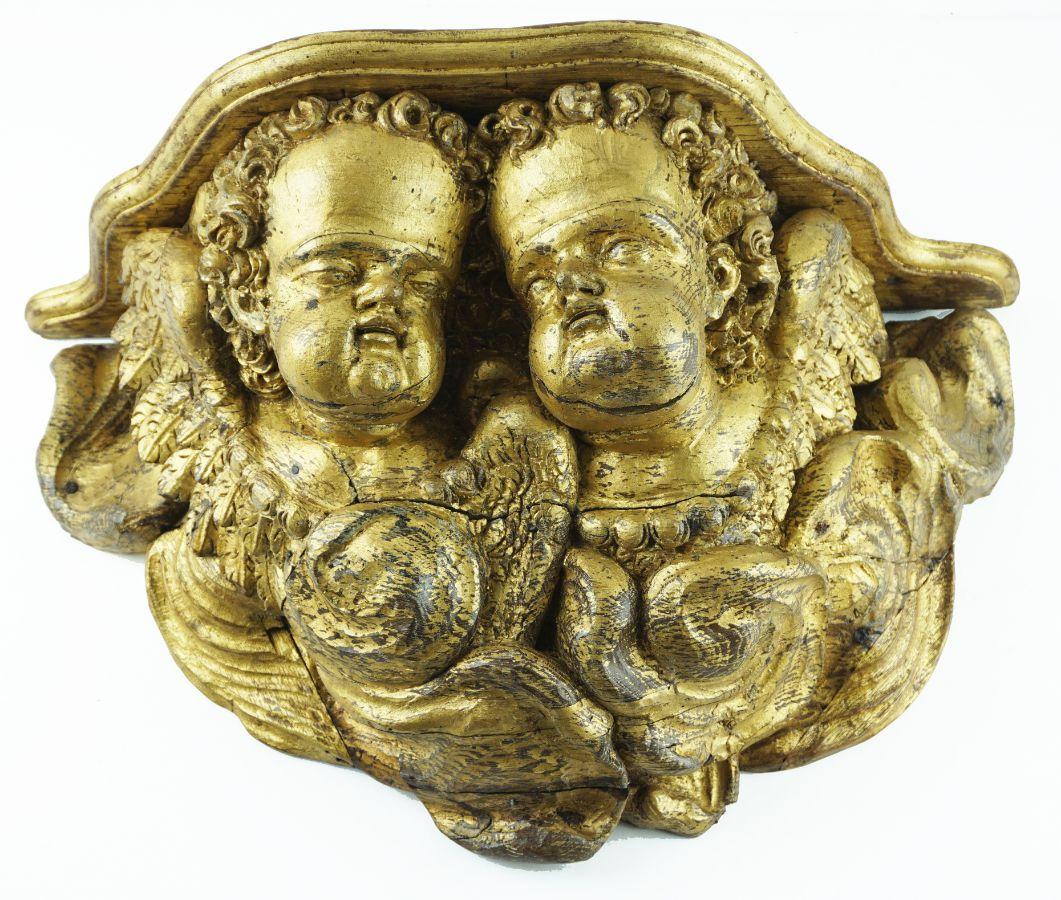 Grande peanha com cabeças de anjo