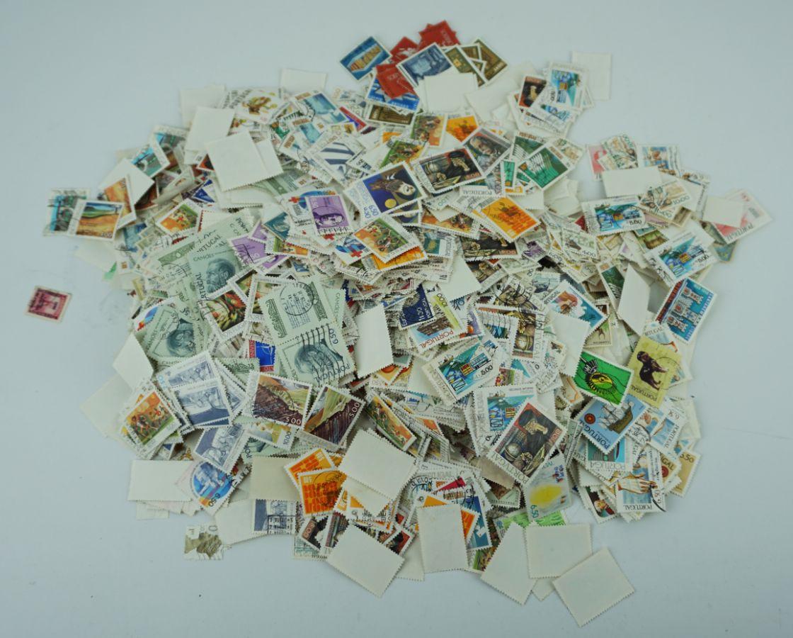 Caixa com mais de 7000 Selos Portugueses e Estrangeiros
