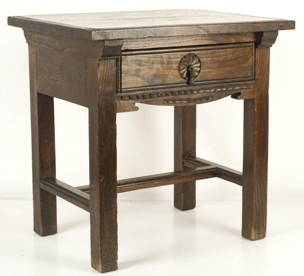 Pequena mesa baixa com gaveta
