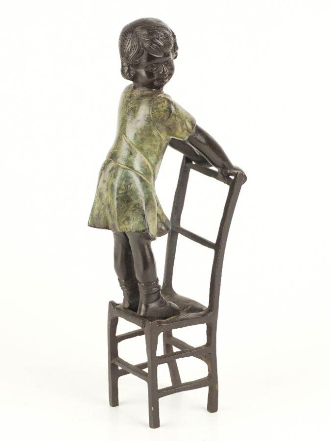 Menina na cadeira