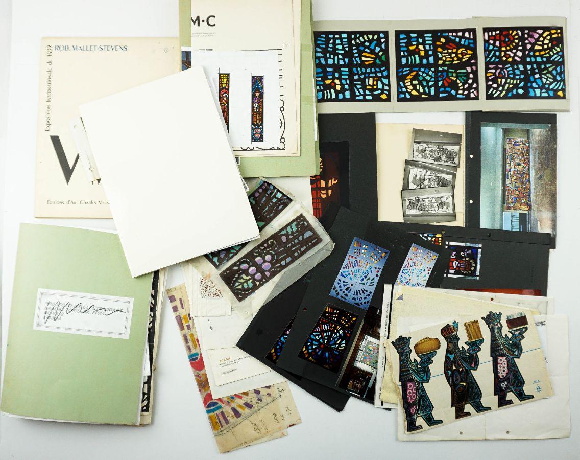 Desenhos, fotografias, maquetes e trabalhos de vitrais