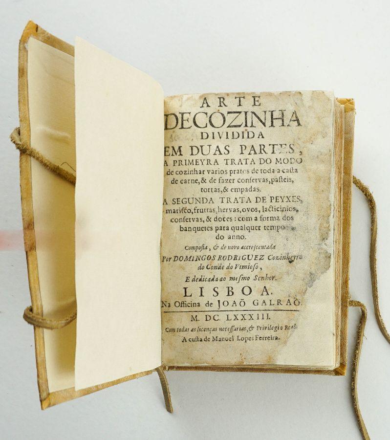 Domingos Rodrigues. ARTE // DE COZINHA // DIVIDIDA // EM DUAS PARTES, // A PRIMEYRA TRATA DO MODO