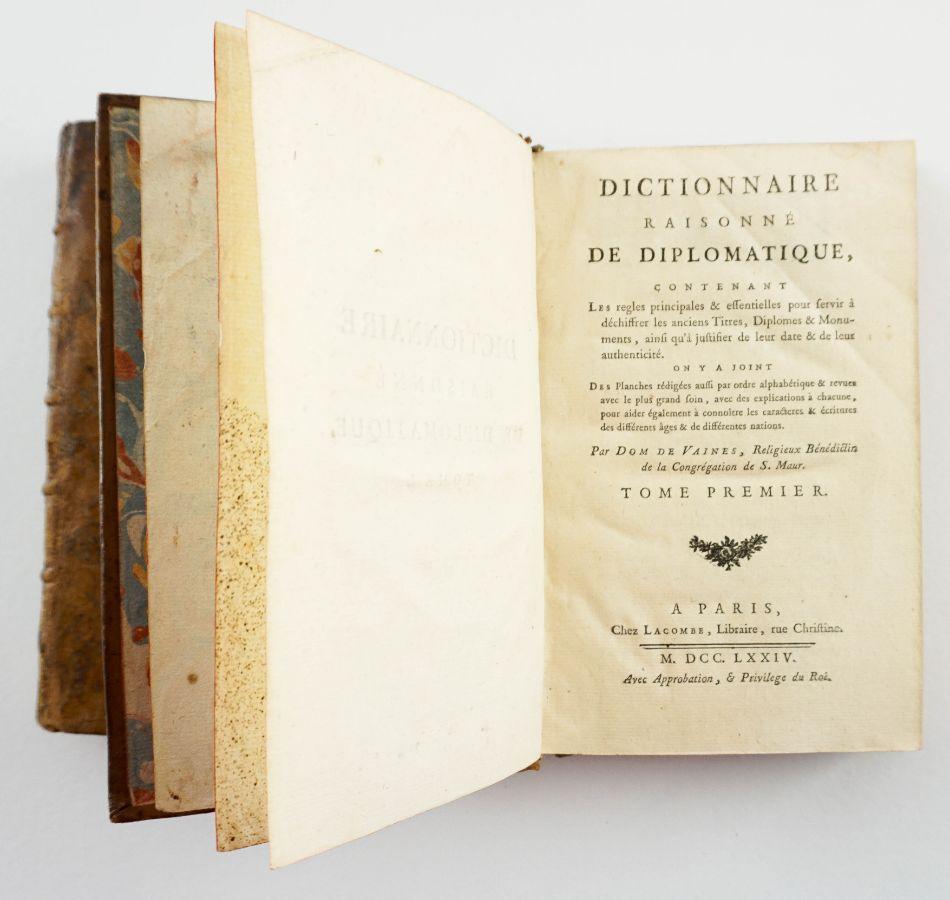 DICTIONNAIRE DE DIPLOMATIQUE - 1774. Com gravuras.